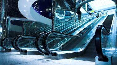 современный эскалатор с прозрачными стенами