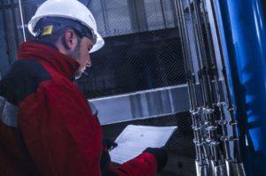изображение инженера-специалиста по ремонту лифтов